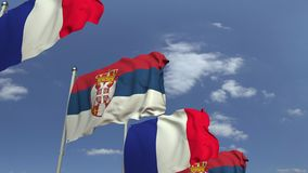 Bandiere d'ondeggiamento della Serbia e della Francia sul fondo del cielo, animazione loopable 3D video d archivio