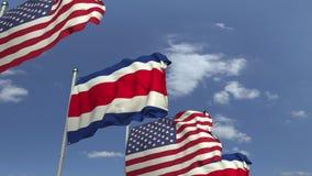 Bandiere d'ondeggiamento di Costa Rica e U.S.A. sul fondo del cielo, animazione loopable 3D stock footage