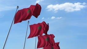 Bandiere d'ondeggiamento multiple del Marocco contro il cielo blu archivi video