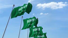 Bandiere d'ondeggiamento multiple dell'Arabia Saudita contro il cielo blu video d archivio