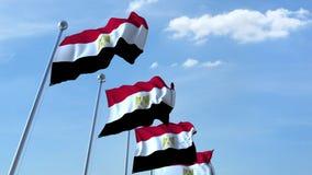 Bandiere d'ondeggiamento multiple dell'Egitto contro il cielo blu video d archivio