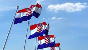 Bandiere d'ondeggiamento multiple della Croazia contro il cielo blu archivi video