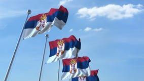 Bandiere d'ondeggiamento multiple della Serbia contro il cielo blu archivi video