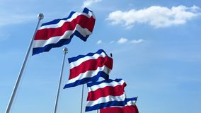 Bandiere d'ondeggiamento multiple di Costa Rica contro il cielo blu video d archivio