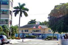 Bandiere davanti ad un affare su Grand Cayman Immagini Stock Libere da Diritti
