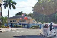 Bandiere davanti ad un affare su Grand Cayman Fotografia Stock Libera da Diritti