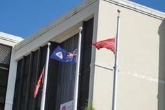 Bandiere davanti ad una banca su Grand Cayman Fotografia Stock