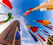 Bandiere davanti al Messeturm (torre della fiera campionaria) a Francoforte sul Meno Immagine Stock Libera da Diritti