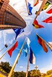 Bandiere davanti al Messeturm (torre della fiera campionaria) a Francoforte sul Meno Immagini Stock Libere da Diritti