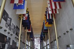 Bandiere degli stati in Kennedy Center Memorial da Washington District di Colombia U.S.A. Fotografie Stock Libere da Diritti