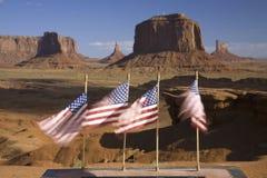 Bandiere degli Stati Uniti che soffiano in vento Fotografia Stock