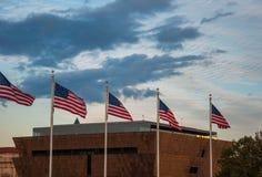 Bandiere degli Stati Uniti davanti al museo nazionale di storia afroamericana Fotografia Stock Libera da Diritti