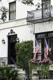 Bandiere degli Stati Uniti dell'entrata del palazzo Immagini Stock Libere da Diritti