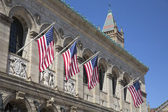 Bandiere degli Stati Uniti fuori della biblioteca pubblica di Boston a Boston Immagini Stock