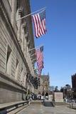 Bandiere degli Stati Uniti fuori della biblioteca pubblica di Boston a Boston Immagini Stock Libere da Diritti