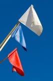 Bandiere dei colori differenti sui precedenti di cielo blu Immagini Stock Libere da Diritti