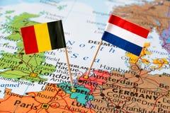 Bandiere dei Paesi Bassi e del Belgio sulla mappa Immagine Stock Libera da Diritti