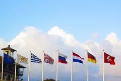 Bandiere dei paesi differenti che si agitano in vento Fotografie Stock Libere da Diritti