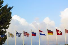 Bandiere dei paesi differenti che si agitano in vento Immagine Stock Libera da Diritti