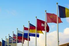 Bandiere dei paesi differenti che si agitano in vento Fotografia Stock Libera da Diritti