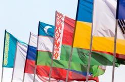 Bandiere dei paesi differenti contro il cielo blu Fotografia Stock Libera da Diritti