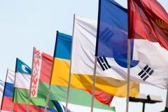 Bandiere dei paesi differenti contro il cielo blu Fotografia Stock