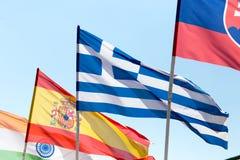 Bandiere dei paesi differenti contro il cielo blu Immagini Stock