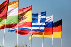 Bandiere dei paesi differenti contro il cielo blu Fotografie Stock