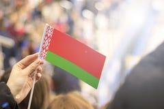 Bandiere dei paesi differenti contro lo sfondo di otenkov blu Primo piano Fotografie Stock Libere da Diritti