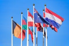 Bandiere dei paesi differenti contro un cielo blu Fotografia Stock
