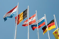 Bandiere dei paesi differenti su un fondo del cielo Fotografie Stock Libere da Diritti