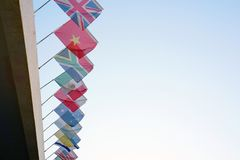 Bandiere dei paesi differenti sui precedenti del cielo blu Immagine Stock Libera da Diritti