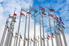 Bandiere dei paesi differenti sul fondo del cielo blu Immagini Stock