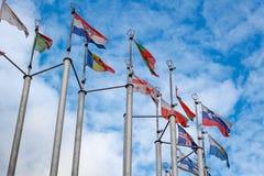 Bandiere dei paesi differenti sul fondo del cielo blu Immagini Stock Libere da Diritti