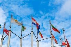 Bandiere dei paesi differenti sul fondo del cielo blu Fotografia Stock