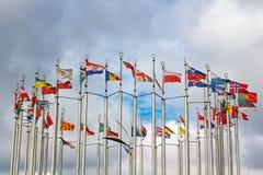 Bandiere dei paesi differenti sul fondo del cielo nuvoloso Immagine Stock Libera da Diritti