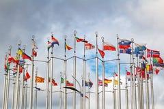 Bandiere dei paesi differenti sul fondo del cielo nuvoloso Fotografia Stock