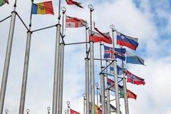 Bandiere dei paesi differenti sul fondo del cielo nuvoloso Fotografie Stock