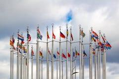 Bandiere dei paesi differenti sul fondo del cielo nuvoloso Fotografia Stock Libera da Diritti