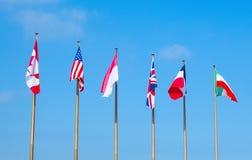 Bandiere dei paesi differenti sulle aste della bandiera Immagini Stock Libere da Diritti
