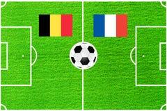 Bandiere del Belgio e della Francia sui precedenti di un campo di football americano Fotografia Stock