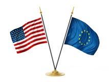 Bandiere del desktop dell'Unione Europea e degli Stati Uniti d'America illustrazione 3D Fotografie Stock Libere da Diritti