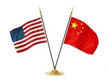 Bandiere del desktop della Cina e degli Stati Uniti d'America illustrazione 3D Immagine Stock