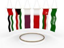 Bandiere del GCC intorno ad una piattaforma Fotografia Stock Libera da Diritti