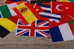 Bandiere del mondo, piccole bandiere dei paesi differenti sulla tavola Fotografia Stock Libera da Diritti