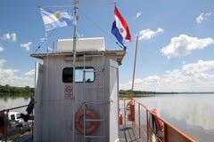 Bandiere del Paraguay e dell'Argentina lungo il Paranà fiume immagine stock libera da diritti