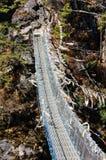 Bandiere del ponte e di preghiera di corda sull'itinerario di trekking Immagine Stock Libera da Diritti