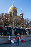 Bandiere del venditore della ragazza Festival del rompighiaccio St Petersburg nel 3 maggio 2015 immagine stock