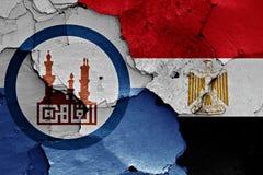 Bandiere dell'Egitto e di Il Cairo dipinte sulla parete incrinata Fotografie Stock