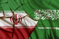 Bandiere dell'Iran e dell'Arabia Saudita su una parete incrinata della pittura Fotografia Stock